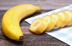 在一张木桌上的香蕉 免版税库存图片