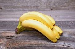 在一张木桌上的香蕉 库存照片