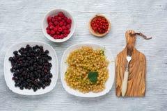 在一张木桌上的鲜美夏天果子 莓 库存图片