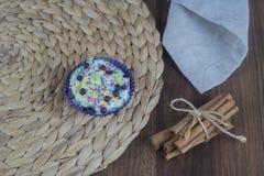 在一张木桌上的鲜美杯形蛋糕 库存照片