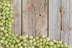 在一张木桌上的鹅莓 免版税库存图片