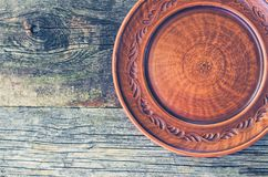 在一张木桌上的黏土盘 免版税库存照片