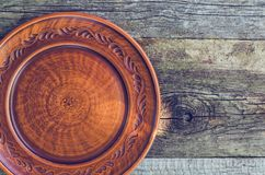 在一张木桌上的黏土盘 图库摄影