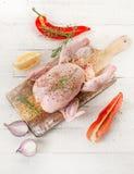 在一张木桌上的整个未加工的鸡 免版税库存照片