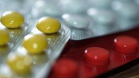 在一张木桌上的医学药片 图库摄影