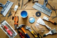 在一张木桌上的建筑工具与蓝色油漆 免版税库存图片