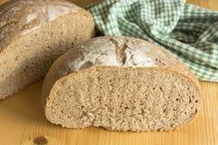 在一张木桌上的黑麦面包 免版税库存照片
