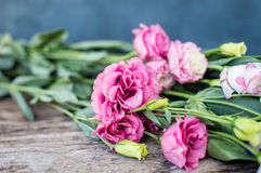 在一张木桌上的Lisianthus花束 免版税库存照片