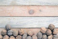 在一张木桌上驱散的有些坚果 库存图片