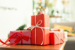 在一张木桌安置的手工制造礼物盒,圣诞节概念 库存图片