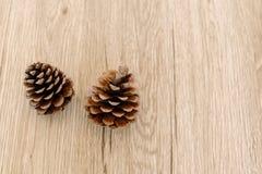 在一张木桌安置的杉木锥体 免版税库存照片