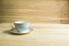 在一张木桌的咖啡杯 免版税库存照片