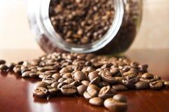 在一张木桌的咖啡粒 库存照片