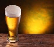 在一张木桌的啤酒杯。 库存图片