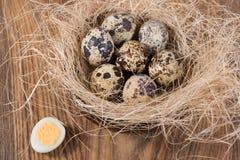 在一张木桌里的鹌鹑蛋 免版税库存照片