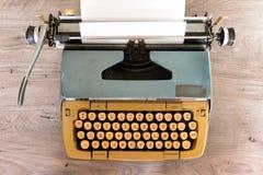 在一张木桌顶部的老打字机 库存图片