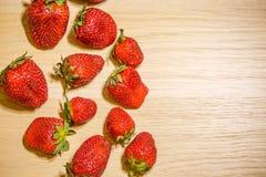 在一张木桌,与空间的顶视图上的草莓题字的 图库摄影