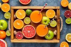 在一张木箱和灰色具体桌的另外柑桔 果子食物背景 吃健康 antonella 免版税图库摄影