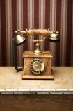 在一张木表的一个老葡萄酒电话 免版税库存图片
