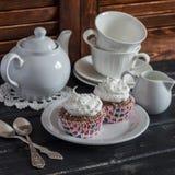 在一张木表的可口杯形蛋糕 瓷断送新瓷草莓茶时间 库存图片