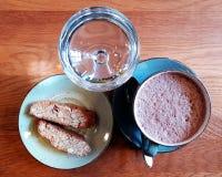 在一张木表的早餐 免版税库存照片