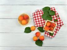 在一张木表的杏子 自然维生素 库存照片