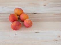 在一张木表的杏子 免版税库存照片