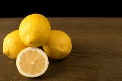在一张木表的柠檬 图库摄影