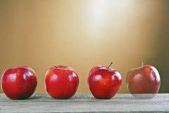 在一张木表的红色苹果 库存照片