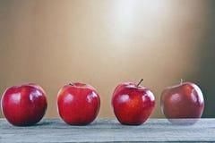 在一张木表的红色苹果 图库摄影