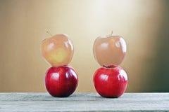 在一张木表的红色苹果 免版税库存图片