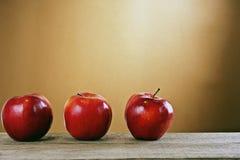 在一张木表的红色苹果 免版税库存照片