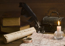 在一张木表的老纸张和书 免版税库存照片