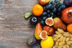 在一张木黑暗的桌上的水多的新鲜水果,顶视图 库存照片