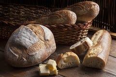 在一张树木繁茂的桌上的面包选择 免版税库存图片