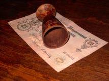 在一张桃花心木桌上的葡萄酒木葡萄酒杯 免版税图库摄影