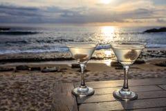 在一张桌上的两块玻璃在日落观看咖啡馆,日落点,努沙Lembongan,印度尼西亚 免版税库存图片