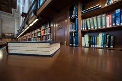 在一张桌上的书在图书馆里 库存照片