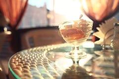 在一张桌上的冰淇凌在咖啡馆早餐点心 库存图片