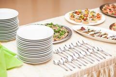 在一张桌上的可口开胃菜在餐馆 免版税库存照片