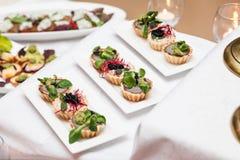 在一张桌上的可口开胃菜在餐馆 库存照片