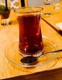 在一张桌上的土耳其茶在其中一家伊斯坦布尔的餐馆中 库存照片