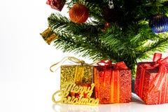在一张桌上的圣诞快乐礼物在白色背景中圣诞节 库存照片