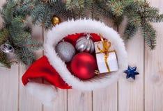 在一张桌上的圣诞节装饰品在与好欢乐的bac的雪 库存照片