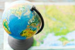 在一张桌上的地球有被弄脏的背景 库存照片