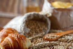 在一张桌上的新月形面包用谷物 免版税库存图片