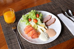 在一张桌上的早餐用橙汁 免版税库存图片