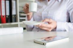 在一张桌上的智能手机在断裂期间 库存照片
