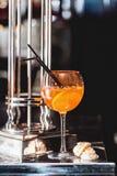 在一张桌上的橙色玛格丽特新鲜的鸡尾酒在酒吧 免版税库存图片