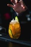 在一张桌上的橙色玛格丽特新鲜的鸡尾酒在酒吧 库存图片